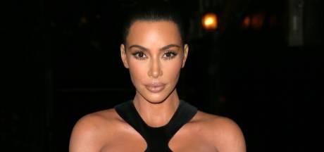 Kim Kardashian laat niets aan de verbeelding over in vintage creatie