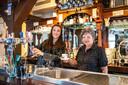 Elly van Hanswijk (rechts) en Cynthia van Lieshout van eetcafé De Halve Maan in De Meije.