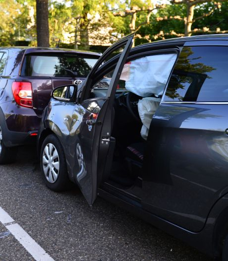Botsing met meerdere auto's in Helmond: veroorzaakster mee met politie na blaastest