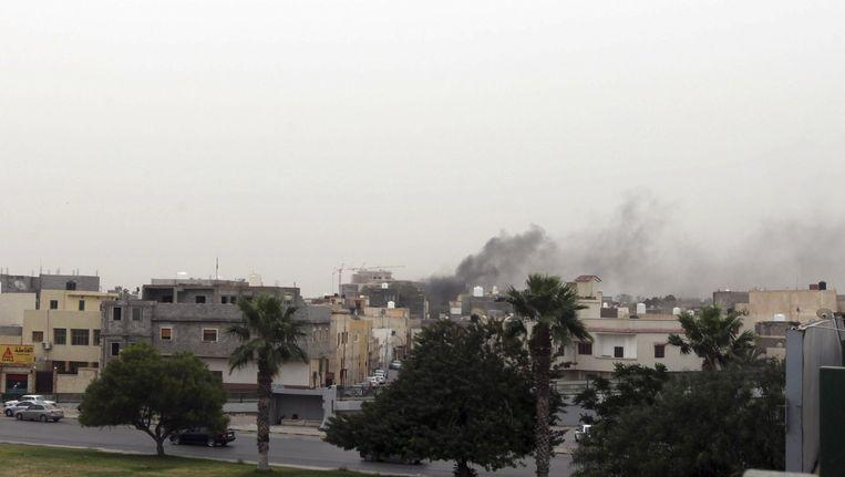 Rook boven het parlementsgebouw in Tripoli. Beeld reuters