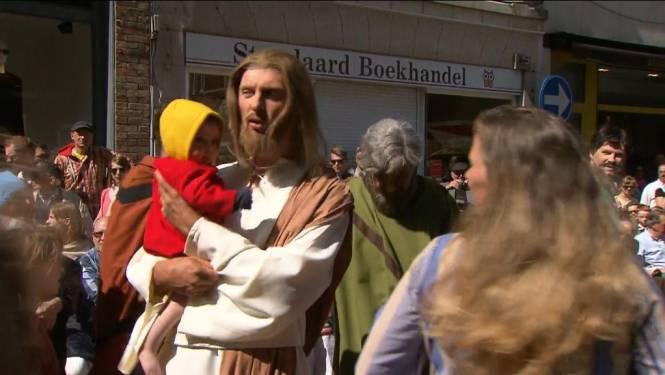 Jezus loopt door de straten van Brugge