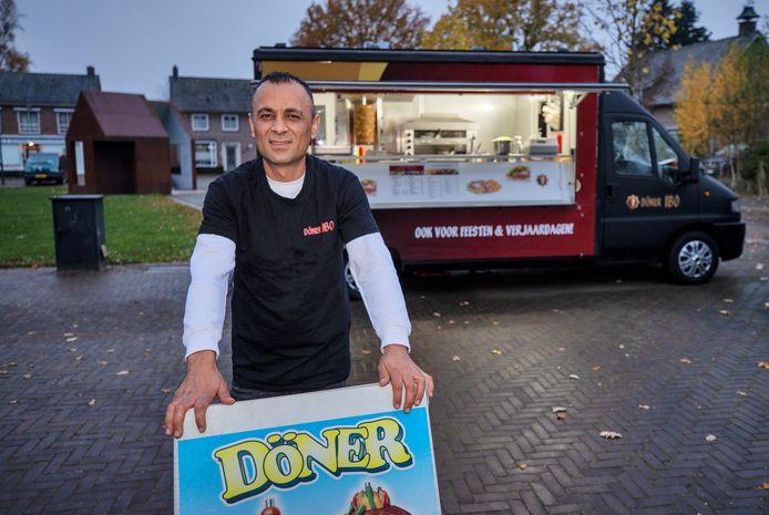 Op het Valensplein in Hoogeloon exploiteert sinds enige tijd Ibo Jafar zijn foodtruck.