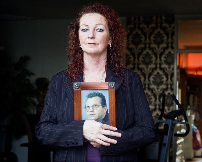 Dineke Knops met het portret van haar verdwenen vader.