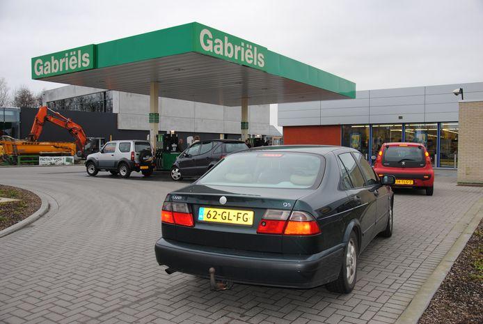 Archiefbeeld: In het weekend is het traditioneel aanschuiven achter Nederlandse nummerplaten aan de Zelzaatse tankstations.