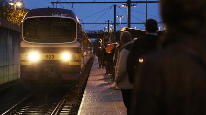 Reiziger wordt onwel op stilstaande trein