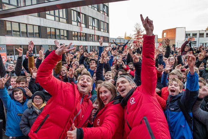 Sam De Bruyn, Inge De Vogelaere en Wim Oosterlinck maakten live radio op de speelplaats van het VTI.
