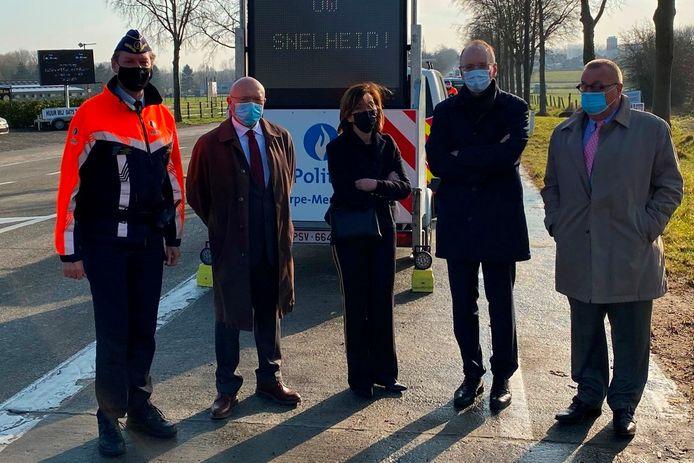 Korpschef Luk Lacaeyse (links) van de politiezone Erpe-Mere/Lede kreeg in februari tijdens de Verkeersveilige Dag nog bezoek van burgemeester Hugo De Waele (CD&V) van Erpe-Mere, gouverneur Carina Van Cauter, procureur-generaal Erwin Dernicourt en burgemeester Roland Uyttendaele (CD&V).