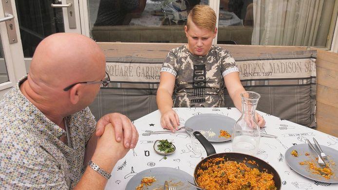 De vader van familie Van Rossum probeert zijn zoon te motiveren om een hapje te nemen.