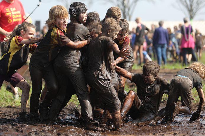 De jeugd leefde zich zondag weer lekker uit tijdens het jaarlijkse Kwalleballen in Dommelen