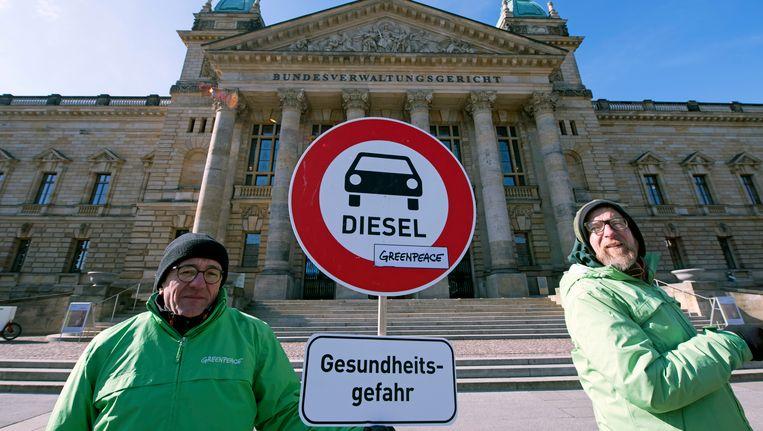 Milieu-activisten voor het federale hof voor bestuursrecht in Leipzig. Beeld null