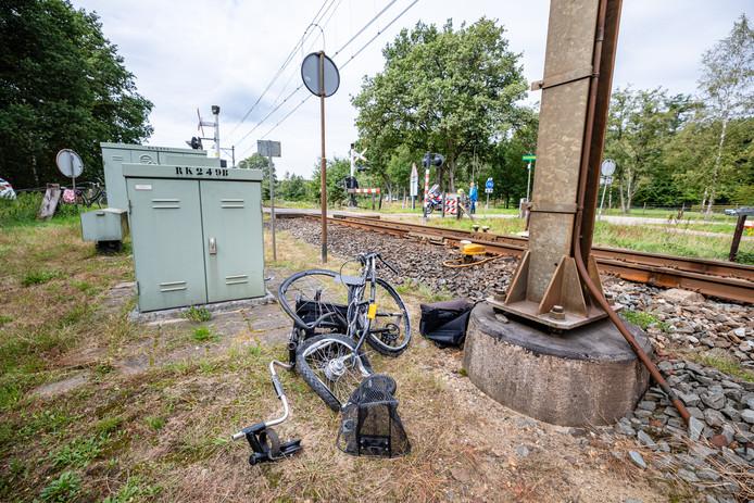 Van de rolstoelfiets van de 23-jarige Lukas bleef na de aanrijding met de trein maar weinig over.