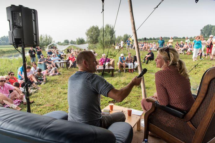 In 2015 interviewde Marcel van Herpen de schrijfster Annejet van der Zijl, bij Kasteel Zwanenburg.