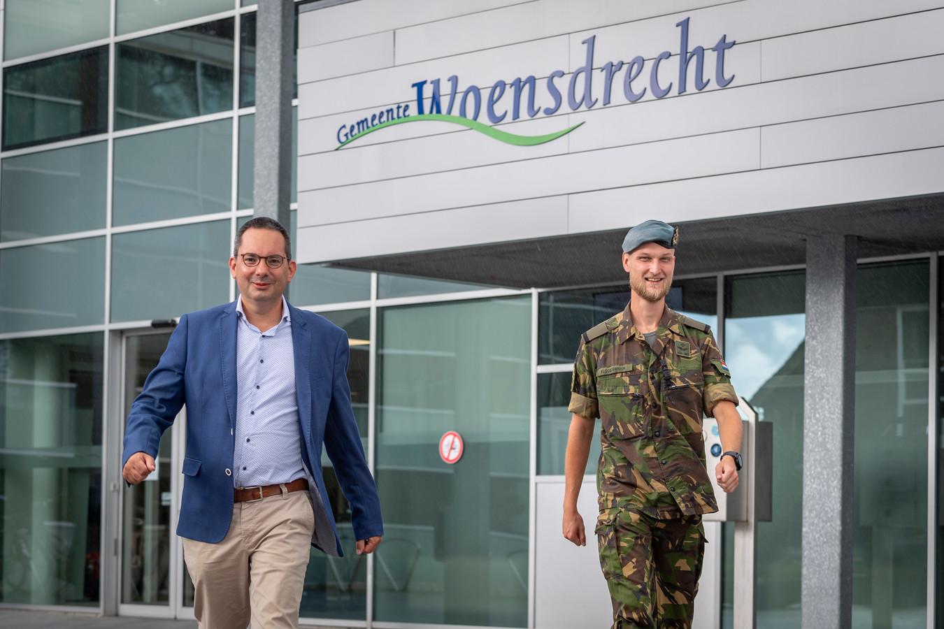 Net als vorig jaar loopt burgemeester Steven Adriaansen van Woensdrecht (l) deze week mee in een alternatieve tocht voor de Nijmeegse Vierdaagse. Hij roept alle inwoners op om te genieten van de zomer, maar alert te blijven op corona.