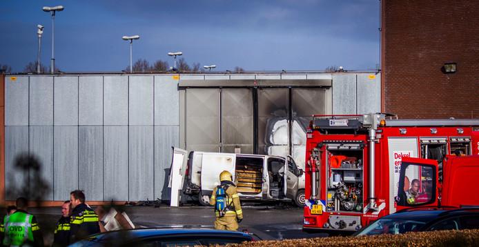 De vier verdachten lieten de brandende bus bij de gevangenispoort in Zutphen achter toen ze er vandoor gingen.
