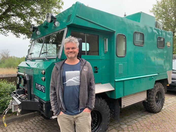 Bart Bennis bij zijn Land Rover, ooit een ziekenwagen in de Golfoorlog, nu een camper waarin Bart weer eens grote reizen wil gaan maken.