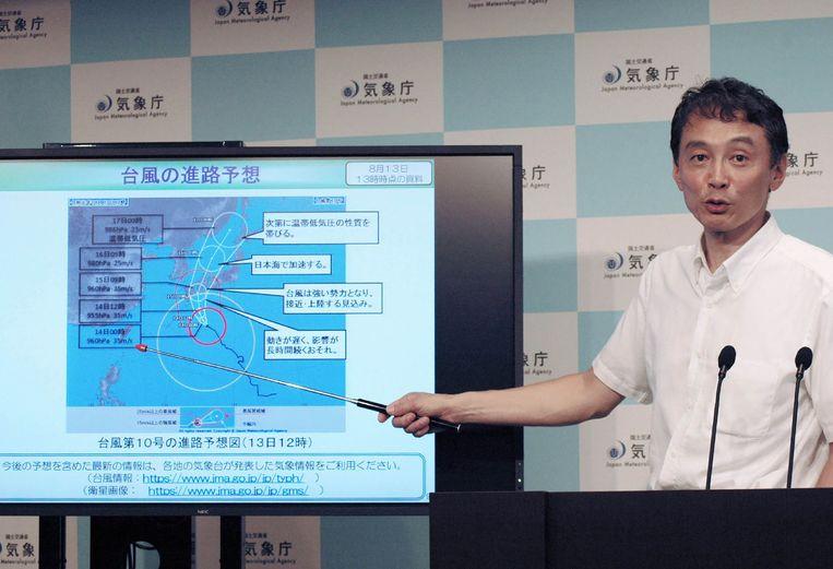 De autoriteiten waarschuwen voor modderstromen, hoge golven en hevige regenval in de ruime regio in het westen van Japan.