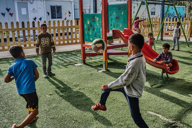 Kinderen spelen in het nieuwe kamp Kara Tepe.  Beeld Joris van Gennip