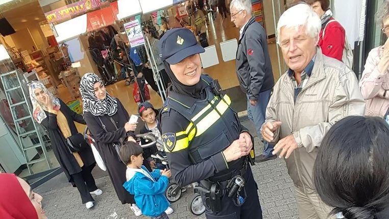 De wijkagente op Osdorpplein. Beeld Twitter/Esmaa Alariachi
