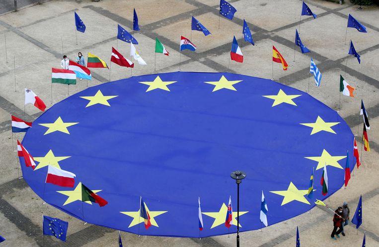 Een grote EU-vlag voor het hoofdkwartier van de Europese Unie in Brussel.  Beeld Reuters