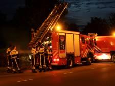 Brandweer blust brandende hooibalen in Breda