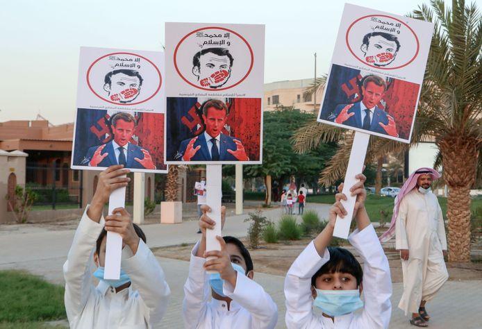 La jeunesse koweïtienne proteste devant l'Assemblée Nationale à Koweit City.