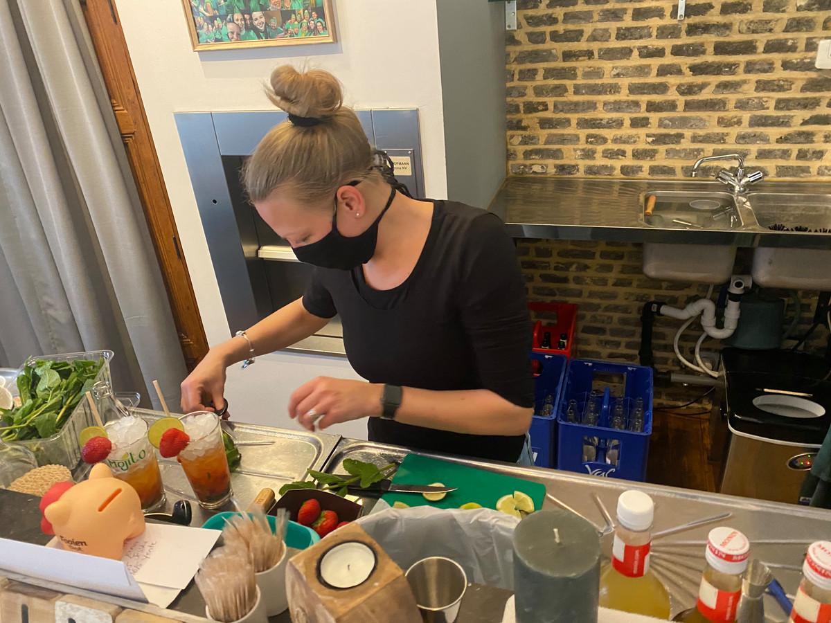 Liesbeth Vantomme maakt Mojito's.