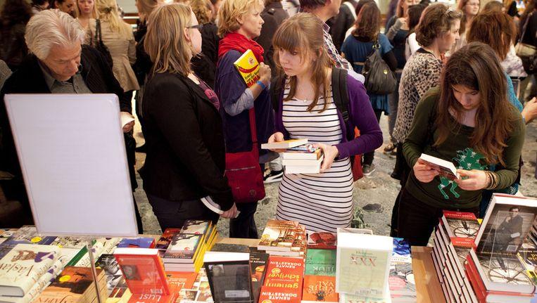 Jongeren zoeken boeken uit op de Dag van de Literatuur in Rotterdam. Duizenden jongeren van 15 tot 18 jaar maakten donderdag in de Doelen kennis met schrijvers op de Dag van de Literatuur. Beeld anp