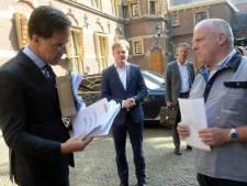 Premier Rutte ontvangt in Den Haag handtekeningen voor behoud van banen Vredestein
