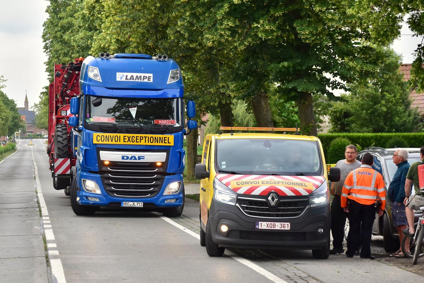 Door het gaslek op het kruispunt van de Brugseweg met de Zonnebeekseweg in Langemark moest het verkeer omrijden. Een uitzonderlijk transport van een aardappelmachine strandde en moest noodgedwongen rechtsomkeert maken.