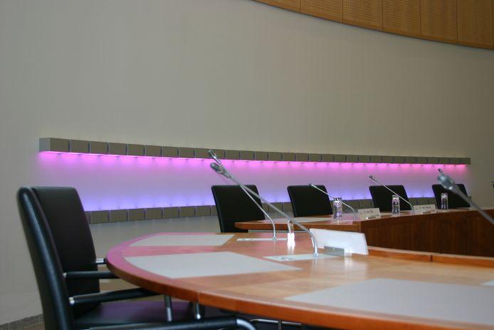 Het lichtkunstwerk 'De Gemeente Verlicht' van kunstenaar Herman Kuijer in de raadzaal van Bernheze.