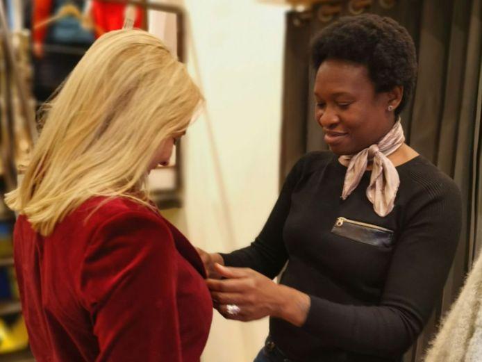 Ecologische styliste Maureen Riley aan het werk met een klant.
