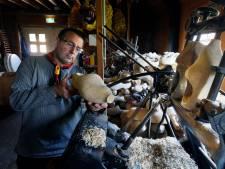 Klompenmaker Peter ziet de belangstelling voor zijn vak gestaag groeien