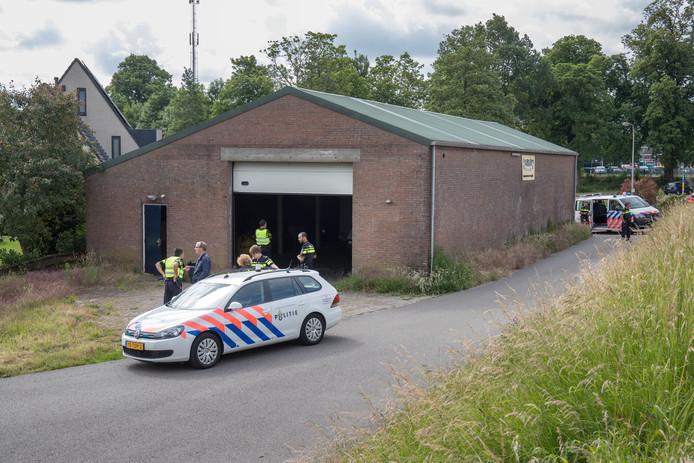 Op een steenworp afstand van het politiebureau op de hoek Baan/Spoortkade/Blekerijweg (Kampen/IJsselmuiden) werd in een loods een vrachtauto en containers aangetroffen met hennep.