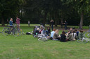 Jongeren genieten van een picknick in het park. (foto dateert van voor de coronamaatregelen)