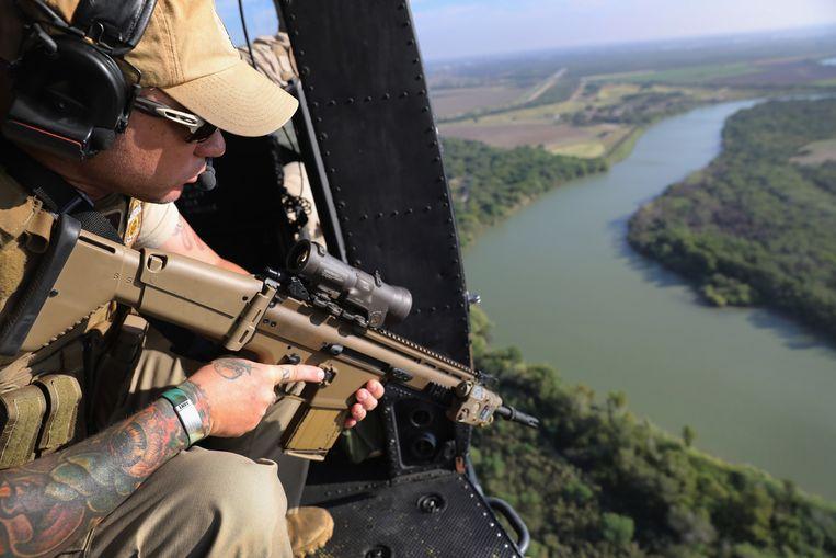 Een grenspolitieagent boven de Rio Grande, de grens tussen Texas en Mexico. Het grootste gevaar vormen hier de drugskartels.  Beeld Getty Images