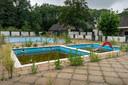 Het verloederde zwembad op camping De Molenheide in Schijndel.