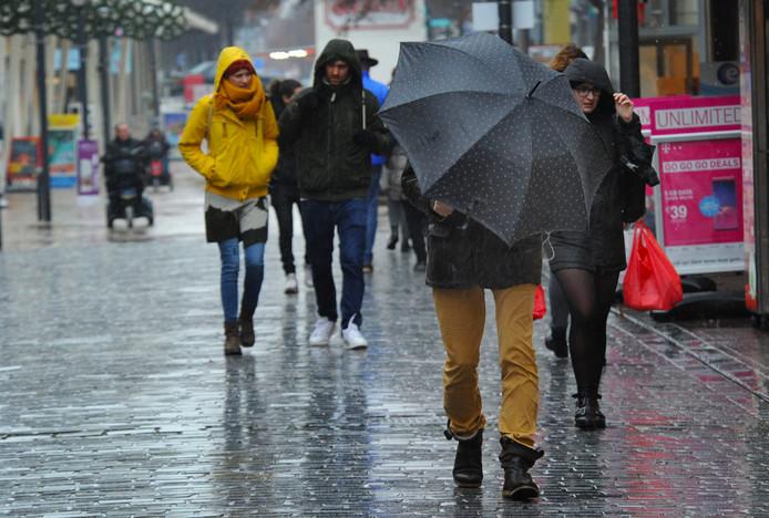Ondanks het slechte weer trokken mensen er toch nog op uit in het centrum van Vlissingen.