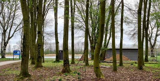 Het nieuwe toiletgebouw bij het Wylerbergmeer krijgt een centrale plek, rechts van de parkeerplaats.