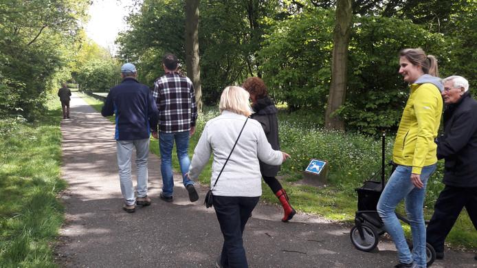 Dinsdag was de eerste wandeling voor mensen met dementie in Uden. Rechts Neeltje Koolmees.