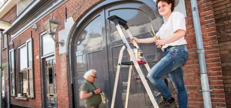 Anderhalve eeuw oud pand Tilburgse binnenstad in ere hersteld: 'Nu maar hopen dat de honden er niet tegenaan pissen'