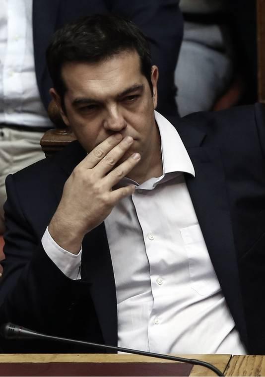 De Griekse premier Alexis Tsipras kijkt bedenkelijk.