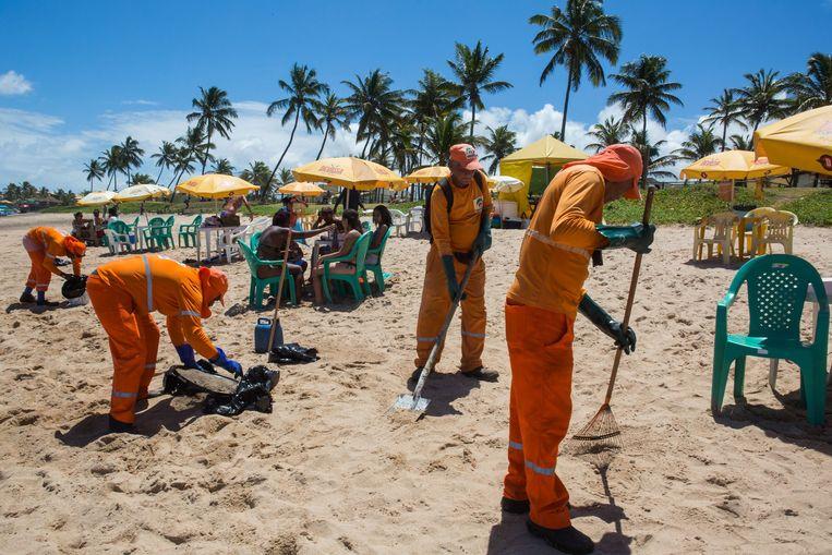Gemeentewerkers zijn bezig de stranden schoon te maken.
