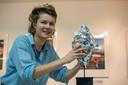EINDHOVEN - 2497 - *Eylien Lommen* heeft kunstwerken gemaakt van de kopjes die ze tijdens dutch design week liet vallen