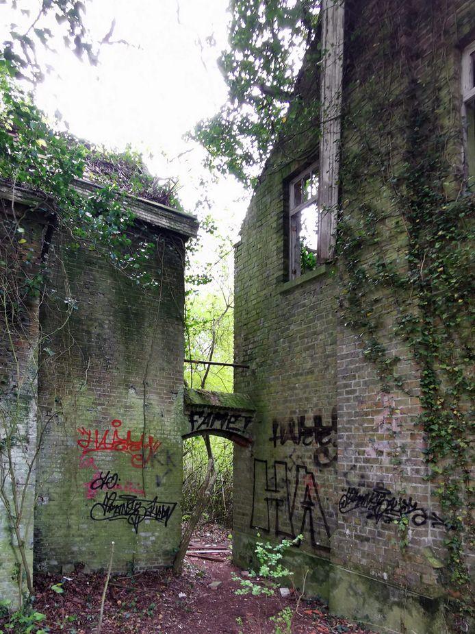 Overal is graffiti aangebracht.
