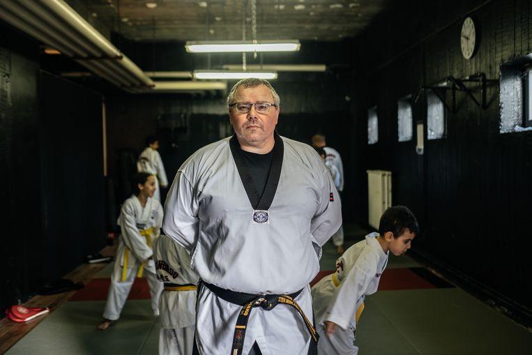 Taekwondocoach Tomasso Frederico: 'Ik ben iemand die positief blijft denken. Ik weet dat een club als deze uiteindelijk meer jongeren van straat zal houden dan pure repressie.' Beeld Wouter Van Vooren