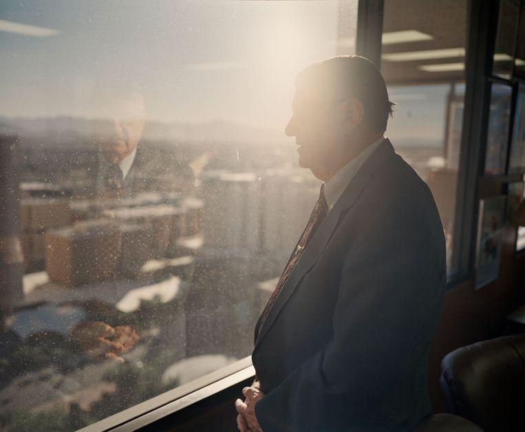 Sheriff Joe Arpaio in zijn kantoor in Phoenix. Beeld Photo News