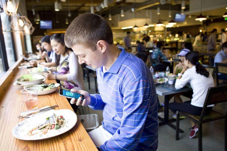 Een medewerker van Google tijdens de lunch. Beeld Io Cooman