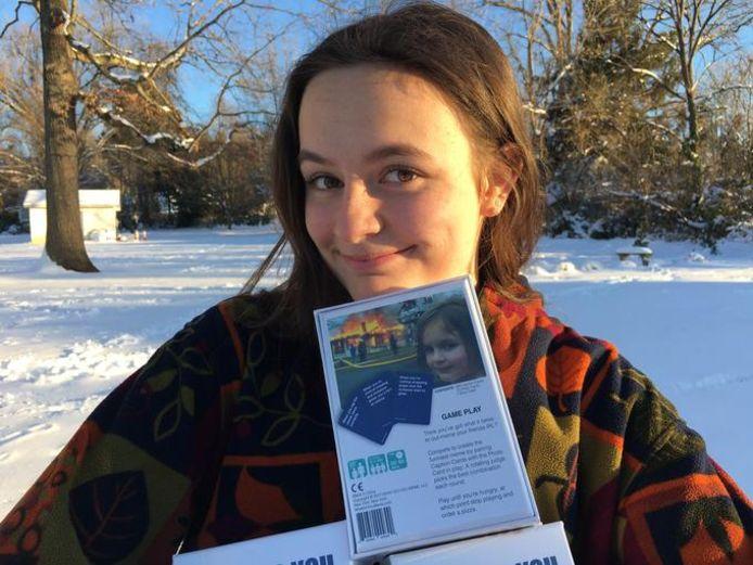 Zoe Roth, 21 ans, pose avec son certificat d'authenticité.