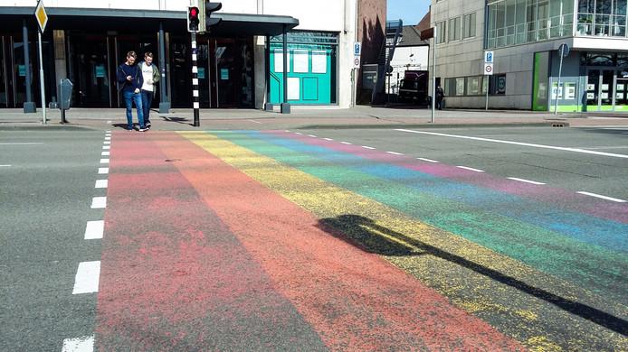 Het regenboogzebrapad - ook wel gaybrapad genoemd - op het Velperplein in Arnhem.
