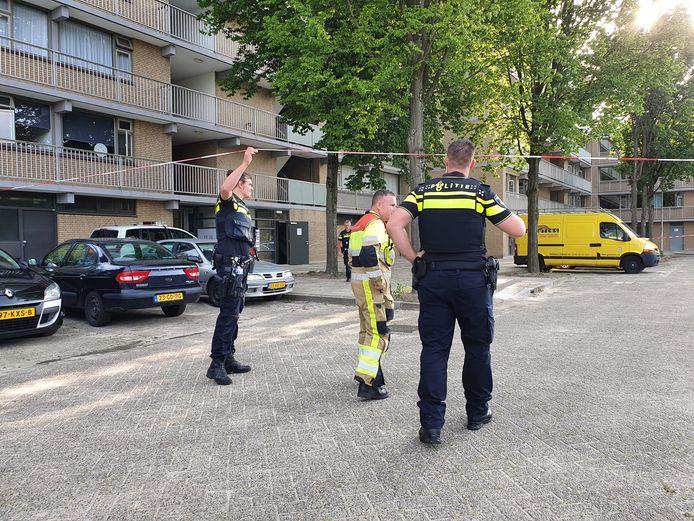 Politie heeft met linten een deel van de straat afgezet. Er zijn een grote partij illegale vuurwerk, wapens en hennepplanten gevonden in de flat aan de 69e straat in de Nijmeegse wijk Malvert.